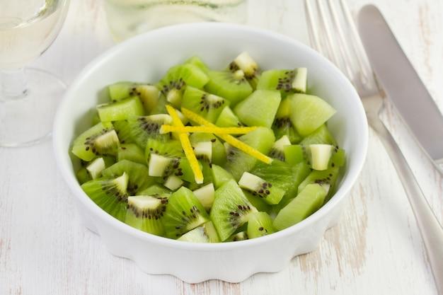 Dessert di kiwi nel piatto bianco