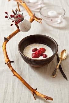Dessert di latte e fragole con pasta