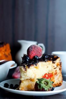 Dessert di ricotta con salsa di cioccolato e albicocche secche