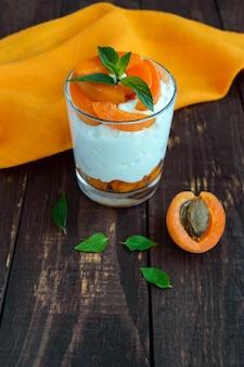 Dessert di ricotta estiva con albicocche fresche.
