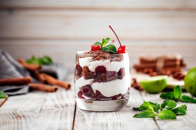 Dessert di tiramisù con crema e cioccolato