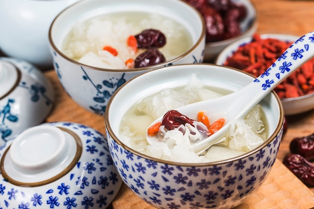 Dessert di zuppa dolce di pere e funghi di neve cinese sano