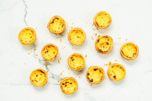 Dessert dolce con uovo croccante