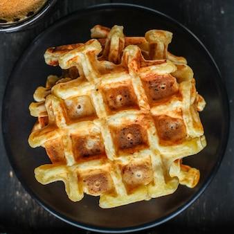 Dessert dolce delizioso del piatto delle cialde belghe