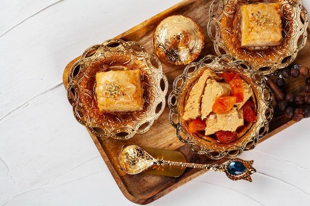 Dessert dolci turchi, halva con albicocche secche