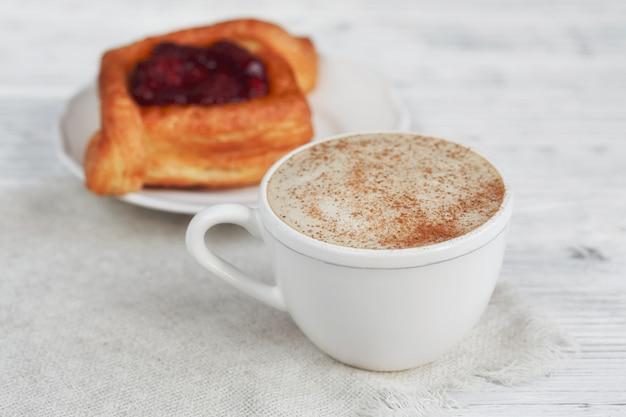 Dessert e caffè della frutta su una tavola di legno bianca
