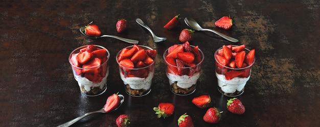Dessert estivi alla fragola con yogurt greco e chia.