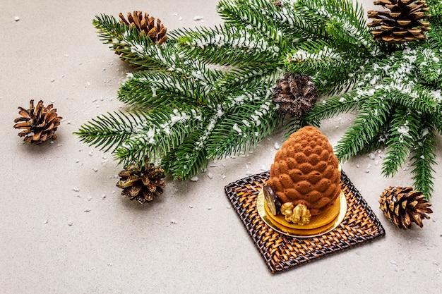 Dessert festivo a forma di cono di abete di natale. concetto di dolcezza di capodanno.