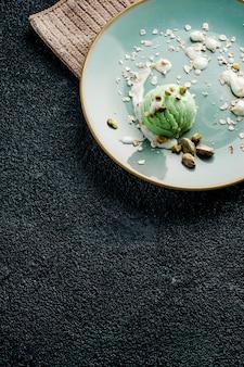 Dessert gelato al pistacchio, cibo vegano con latte di cocco