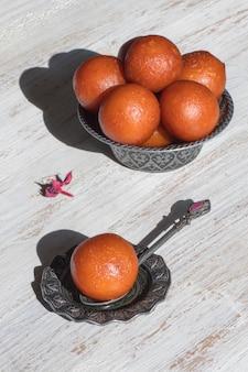 Dessert indiano gulab jamun. dolce servito in una ciotola, vista dall'alto