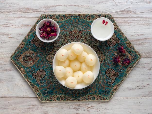 Dessert indiano rasgulla. dolce servito in una ciotola, vista dall'alto.