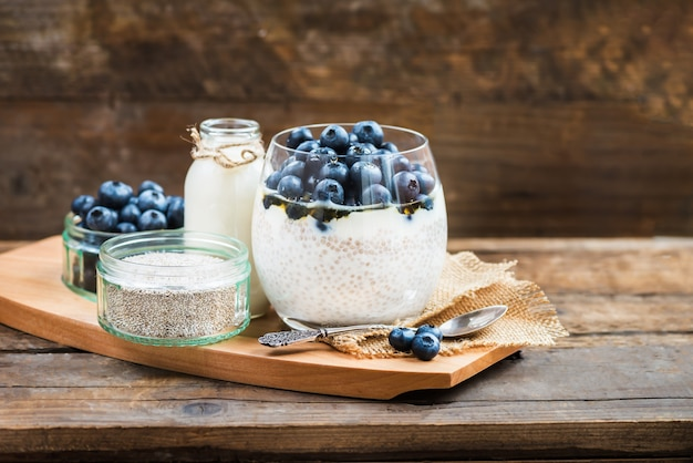 Dessert leggero sano, budino, dai semi di chia nel latte di mandorle