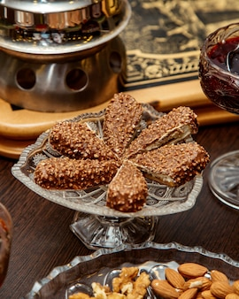 Dessert matto del cioccolato servito in piatto a cristallo