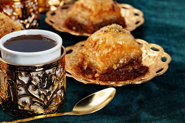 Dessert nazionale turco della baklava servito con tè