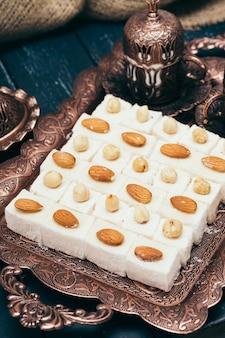 Dessert orientali tradizionali su superficie di legno