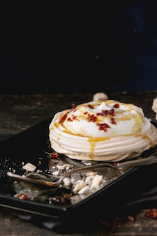 Dessert pavlova con caramello