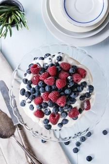 Dessert pavlova con frutti di bosco freschi