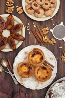 Dessert portoghese tipico sul piatto bianco pastello de nata