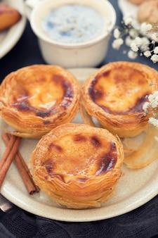 Dessert portoghese tradizionale sul piatto bianco pastello de nata