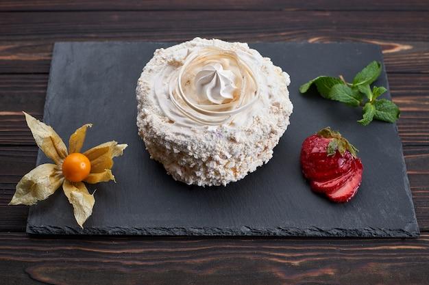 Dessert raffaello, su uno sfondo scuro. pietra, tavola di legno.