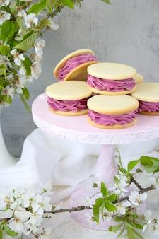 Dessert rosa su una parete leggera