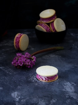 Dessert rosa su una parete scura
