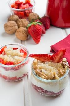 Dessert sano, quinoa, fragola, noci e yogurt.