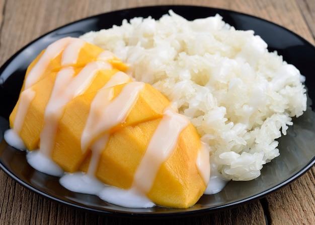 Dessert tailandese, mango con riso appiccicoso.
