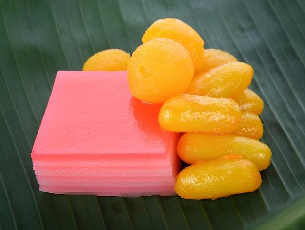 Dessert tailandese sulla foglia di banana