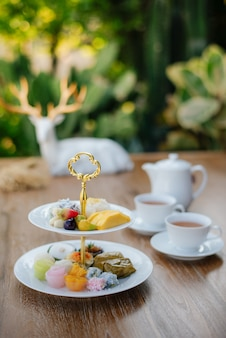 Dessert tailandesi e tè tailandese caldo di mattina
