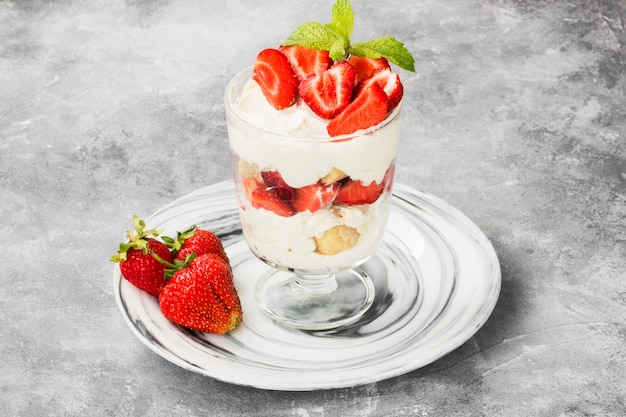 Dessert tiramisù con fragole