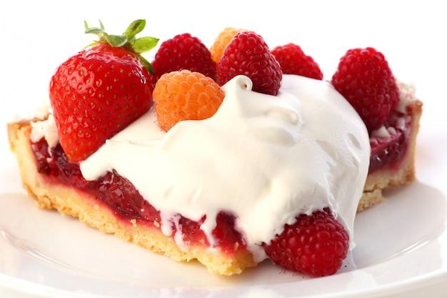 Dessert torta di frutta con panna montata