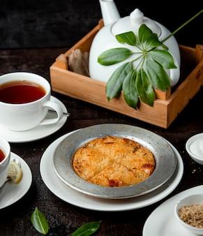 Dessert turco del kunefe di vermicelli fritti con sciroppo e formaggio