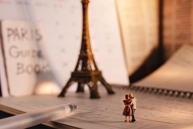 Destinazione per le persone anziane. viaggia a parigi, in francia. una coppia senior in miniatura alla torre eiffel