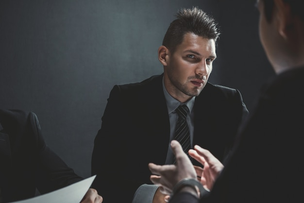 Detective nella stanza degli interrogatori con un uomo sospetto o criminale