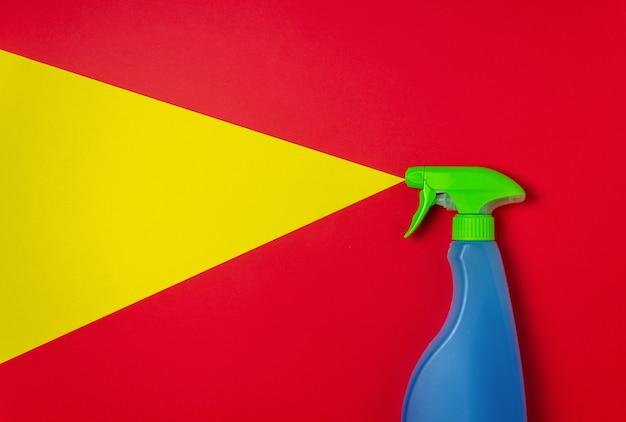Detergente su sfondo giallo rosso. pulizia. concetto minimo.