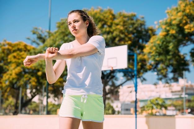 Determinata giovane donna scaldando le braccia