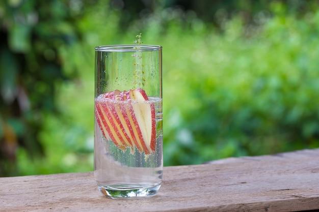 Detox acqua con le mele sul tavolo
