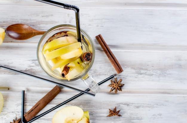 Detox acqua con mele e spezie - anice, cannella