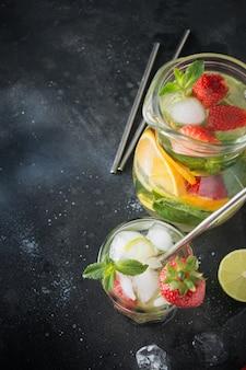 Detox acqua o mojito con lime, fragola in vetro
