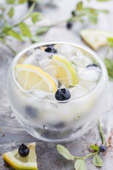 Detox cocktail d'acqua. bevanda rinfrescante estiva.