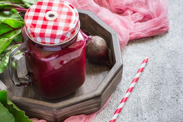 Detox drink di barbabietole. concetto di disintossicazione frullati rossi.