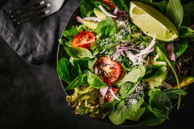 Detox gustosa insalata sul tavolo scuro