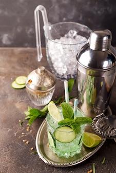 Detox infuso acqua di cetriolo. cocktail casalingo di rinfresco di estate su priorità bassa di pietra