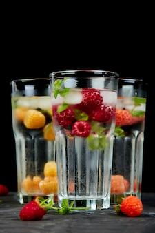 Detox infuso di acqua aromatizzata con lampone a tre colori