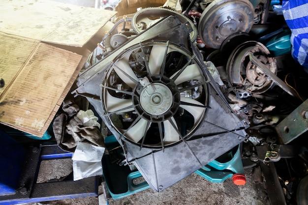 Detriti del motore dell'automobile nel garage di riparazione dell'automobile.
