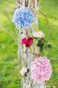 Dettagli del bellissimo arco floreale per la cerimonia di nozze.