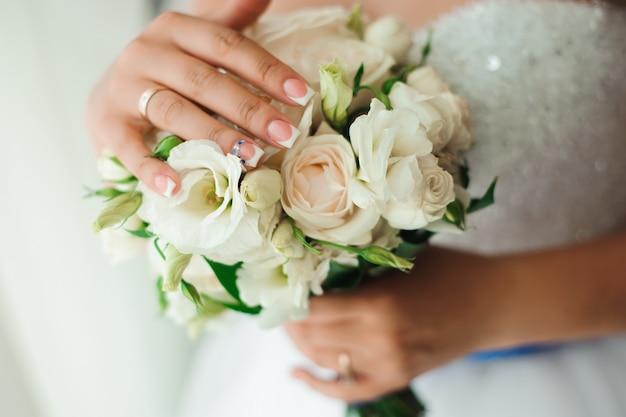 Dettagli del matrimonio - fedi nuziali come simbolo di felicità