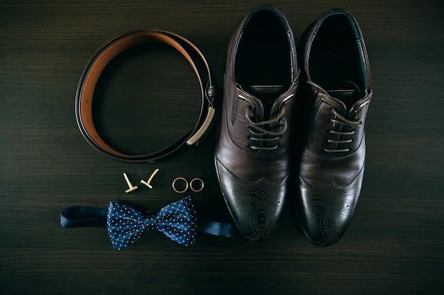 Dettagli del matrimonio. set sposo. accessori, scarpe, anelli da uomo