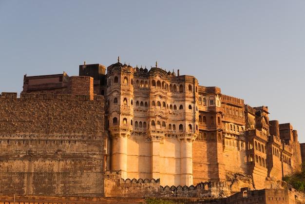 Dettagli della fortezza di jodhpur al tramonto. il maestoso forte arroccato in cima domina la città blu.